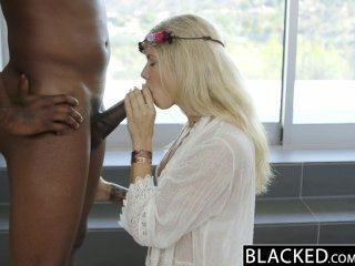 黑色的金發時尚模特阿迪森比利時噴出巨大的黑色雞雞!