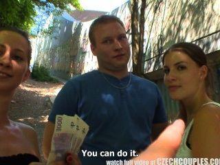 捷克夫婦年輕夫婦花錢為公共foursome