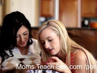 年輕夫婦從熱的媽媽得到手上性教訓
