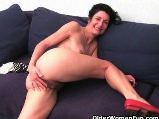 老婦人浸泡他們的棉內褲與貓汁