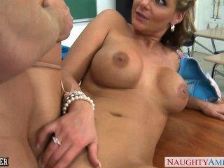 豐滿的寶貝菲尼克斯瑪麗得到屁股上在教室裡
