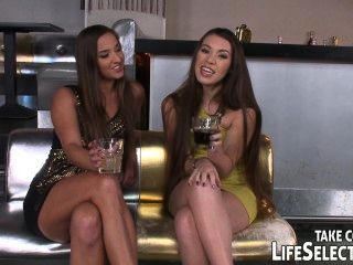 俱樂部老闆扣兩個俏皮的女孩