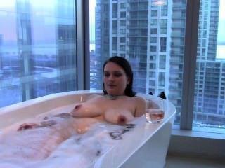 性感大山雀黑髮的妻子洗澡&mouthfucks公雞