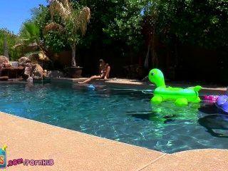偷你的心!小青少年克萊爾調皮地手淫外面的游泳池