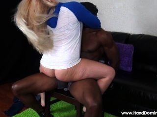 白色女孩利用無能的人有一個大黑人的