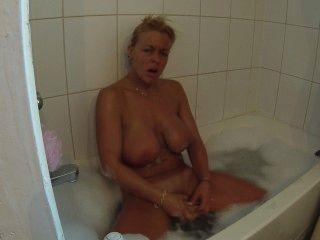 假裝我自己在泡泡浴,直到高潮,同時肥皂我的山雀
