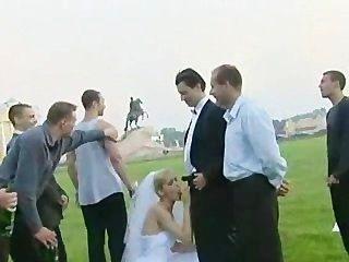新娘他媽的在戶外由一個以上的傢伙!