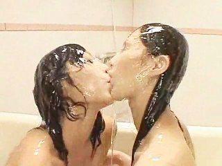 兩個亞洲人在泥中玩