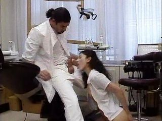 牙醫治療他的病人