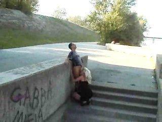 熱歐洲女孩他媽的在公園
