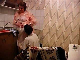 奶奶在廚房裡被他媽的