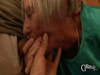 奶奶拿出她的假牙