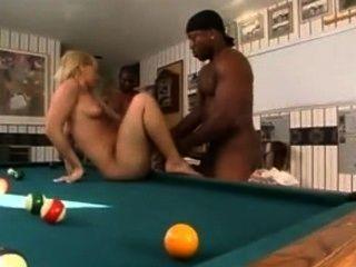 兩個黑人採取一個金發和口袋他們的球種族餅