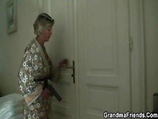 性感的媽媽找到兩個強盜,使他們轟炸她