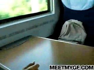 金發青少年在公共火車上
