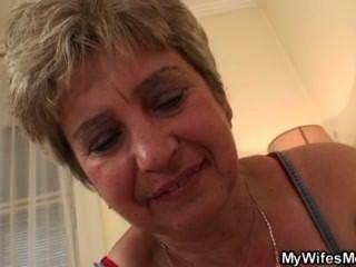 當發現她的男人他媽的她媽媽的妻子變得憤怒