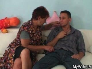 妻子生氣的時候抓到他他媽的母親在法律上