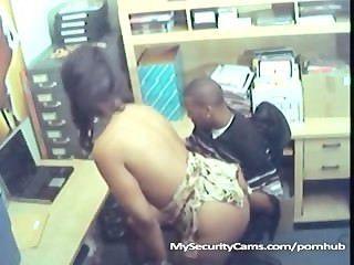 黑色夫婦他媽的在工作抓住凸輪