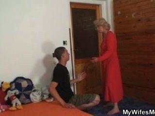 妻子發現他他媽的她的老媽媽