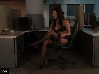 布雷納·本森告訴你如何在辦公室裡他媽的。