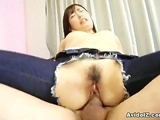 日本青少年與在她的牛仔褲的孔完成