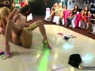 女同性戀狂歡在舞池