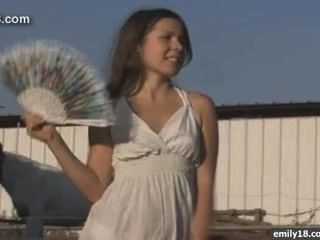 在農場的十幾歲的女孩