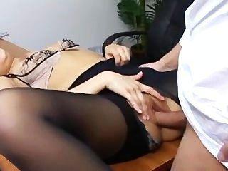 淘氣的秘書在她的老闆書桌上的撕裂連褲襪