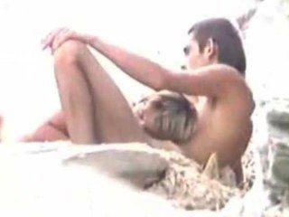 在海灘上的性別,而丈夫手錶