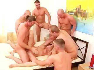 可愛的青少年殘酷輪姦6個傢伙