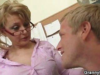 成熟的辦公室老闆強迫他他媽的她辛苦