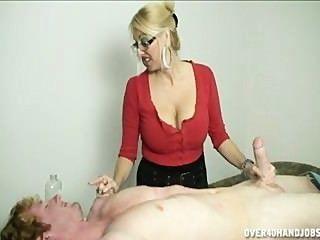 蕩婦在她的手指上需要一些吉茲洗劑,以鬆開她的戒指