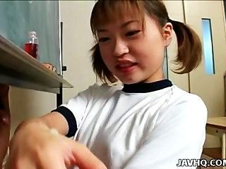 itsuki wakana給了一個很好的handjob