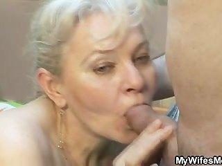 她吸吮和操她的兒子在法律