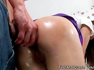 愚蠢的青少年寶貝喜歡她的第一個肛門他媽的