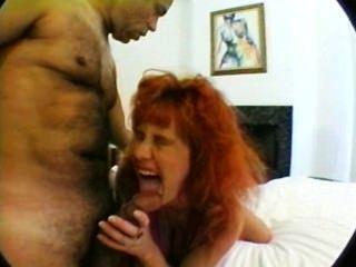 懷孕的媽媽與巨大的胸部三人性交
