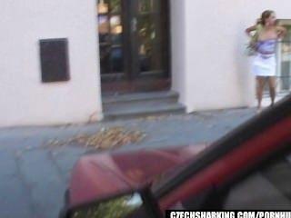 捷克業餘女孩在街道上鯊魚