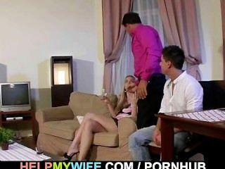 變態人看著他的妻子越過