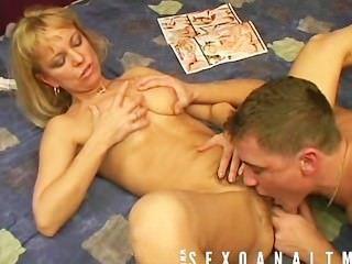成熟的金發女郎喜歡beying他媽的由她的男孩