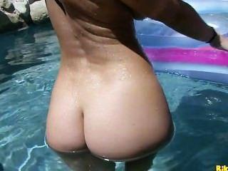 jayden jaymes戲劇與她濕在游泳池的貓