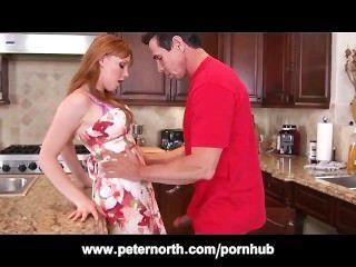 小的青少年紅頭髮人在廚房裡由彼得北部
