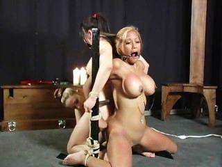 亞洲人綁定和性交場景1