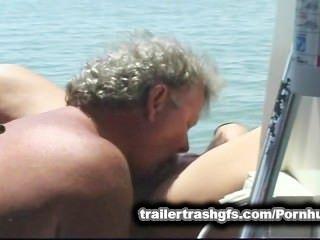 拖車垃圾狂歡在公眾的朋友船上!