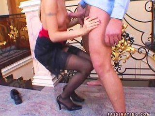 在內衣的角質蕩婦是肛門他媽的,並採取面部