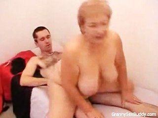 奶奶戴眼鏡得到性交