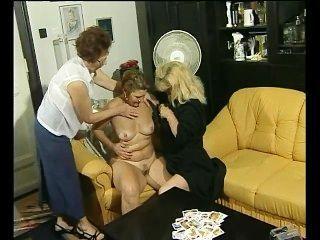 一個紙牌遊戲變成一些女同性戀的樂趣為這些奶奶