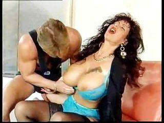 吉娜Colina被性交的肌肉螺柱