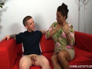 一個豐滿的成熟女人拉開一個矮小的男人