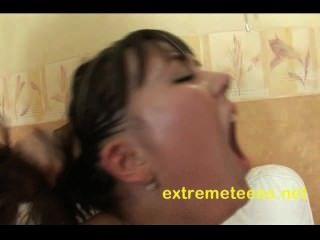 俄羅斯青少年有她的陰部真空抽,而得到肛門