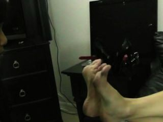 腳奴隸女孩屈辱